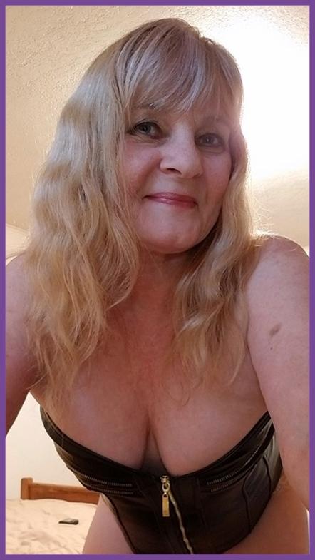 sexy MILF camgirl HotWifeJolee